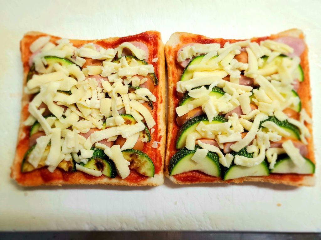 ズッキーニが手に入る今だから☆夏野菜でピザトーストを作りたい!でも、ズッキーニってそのままのせてOK?ピーマンや玉ねぎはそのままのせるけど、ズッキーニは焼く?焼かない?どっちが美味しいのか両方作って食べ比べ♪やってみました(^▽^)o