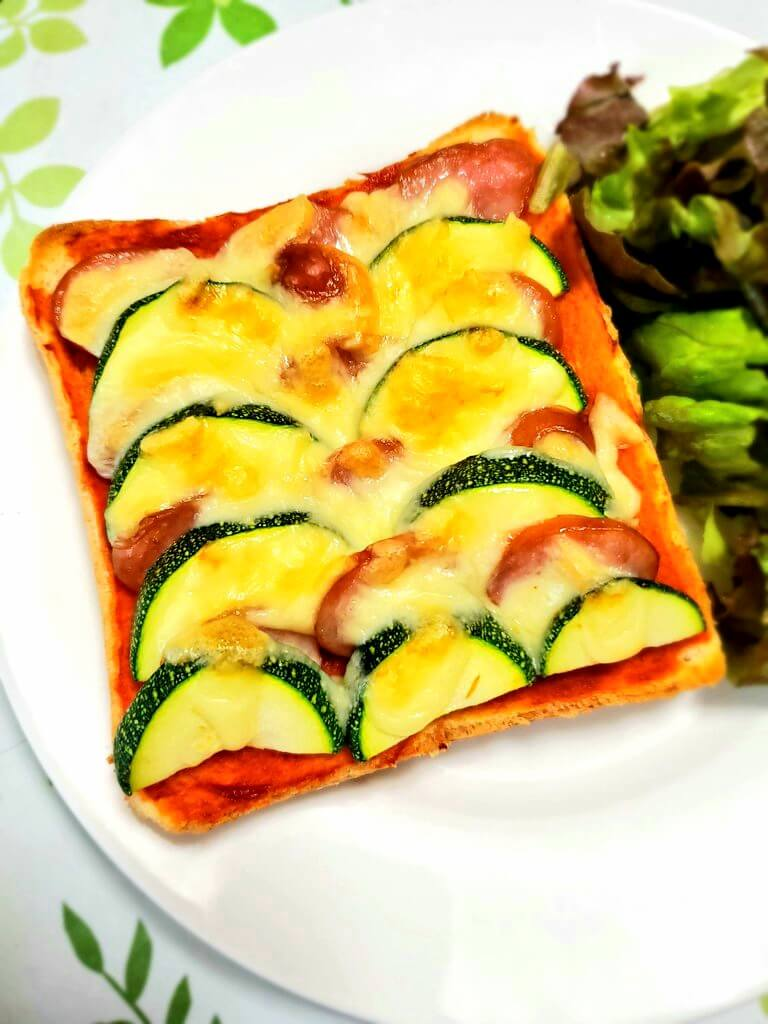 ズッキーニのピザトースト。ズッキーニをそのままのせた方。