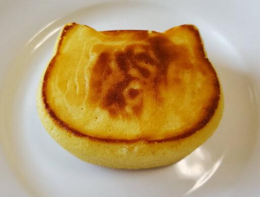 商品レビュー。100均セリアのかんたん厚めのパンケーキモールド(ねこ型)を使ってみた。2回目完成品の表面。