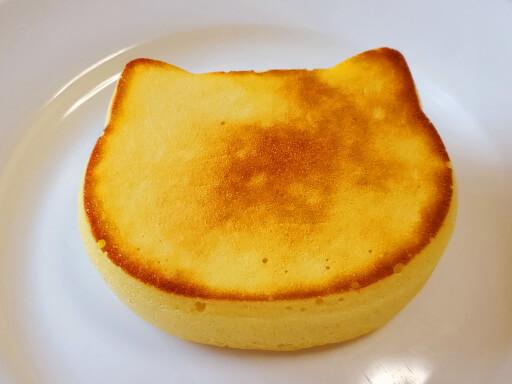 商品レビュー。100均セリアのかんたん厚めのパンケーキモールド(ねこ型)を使ってみた。3回目の完成品、表面。