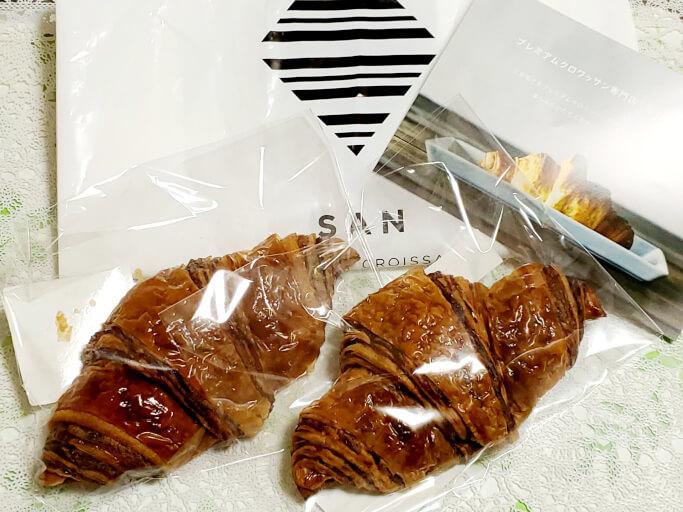 プレミアムクロワッサン専門店「三」‐SAN‐のプレミアムクロワッサンショコラとショッパーとフライヤー。